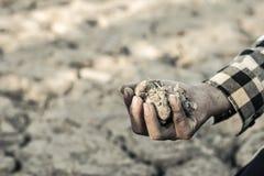 Человек на засух-пораженной земле в надежде на брать стоковые изображения