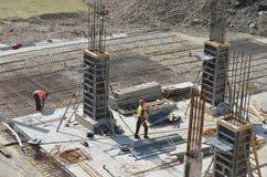 Человек 2 на здании под конструкцией Стоковые Фотографии RF