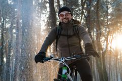 Человек на зиме велосипеда снег зимы велосипеда стоковые фотографии rf