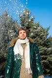 человек на зимних отдыхах Каникулы и путешествовать человек Холодное снаружи Пуща в снежке Свежий воздух Погода Snowy стоковые изображения