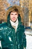 человек на зимних отдыхах Каникулы и путешествовать человек Холодное снаружи Пуща в снежке Свежий воздух Погода Snowy стоковая фотография rf