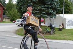 Человек на историческом велосипеде играя орган улицы - иллюстрацию, передовицу: Harrachov, 2017-09-02, EC, CZ, винтажное действие Стоковое фото RF