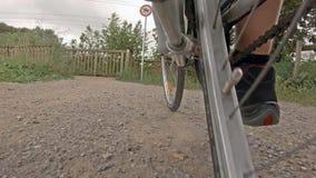 Человек на катании велосипеда дороги на типичном пути в сельской местности Германии видеоматериал