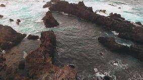Человек на краю АНТЕННЫ мира Берег вулканического начала, утесы в океане, съемки от трутня акции видеоматериалы