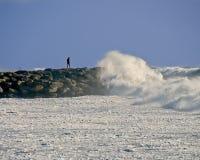 Человек на моле утеса во время шторма Стоковое Фото