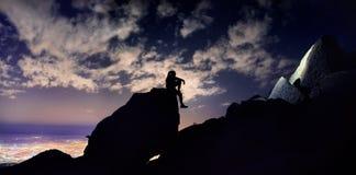 Человек на ноче в горе стоковые изображения