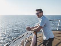 Человек на палубе туристического судна стоковые фото