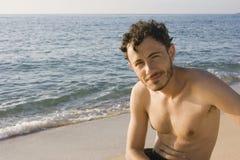 Человек на пляже океана Стоковые Изображения