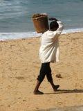 Человек на пляже после цунами 2004 Стоковая Фотография