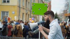 Человек на политической забастовке с знаменем с пунктами для отслеживать для того чтобы скопировать текст космоса акции видеоматериалы