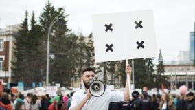 Человек на политическом митинге с знаменем с пунктами для отслеживать для того чтобы скопировать текст космоса