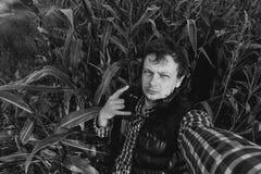 Человек на предпосылке полей ландшафта Стоковая Фотография RF