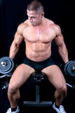 Человек на стенде с весами штанги в тренировке рук стоковое фото rf
