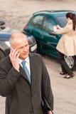 Человек на телефоне после вступая в противоречия автомобиля Стоковые Изображения RF
