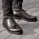 Человек на улице нося черные ботинки стоковые изображения rf