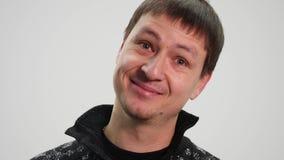 Человек на улыбках и смехе предпосылки белизны в камеру акции видеоматериалы