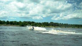 Человек на jetski бежать на воде акции видеоматериалы