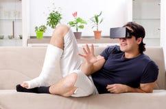 Человек ноги раненый молодой страдая дома стоковая фотография