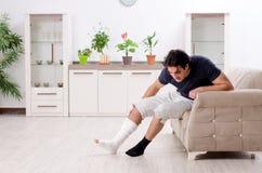 Человек ноги раненый молодой страдая дома стоковые фотографии rf