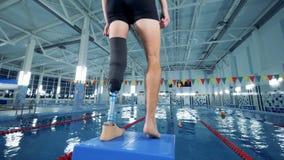Человек носит бионическую тренировку промежутка времени протеза, неработающий спортсмена сток-видео