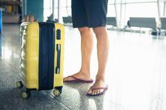 Человек носит ваш багаж на крупный аэропорт Стоковое Изображение RF