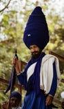 Человек носит очень большой голубой тюрбан к фестивалю Hola Mahalla стоковые изображения