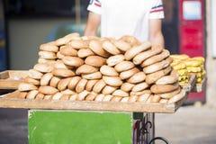 Человек носит ручную тележку с еврейскими тортами на улицах Jer Стоковые Фотографии RF