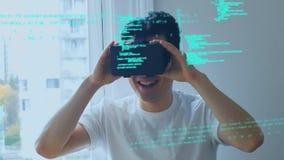 Человек нося виртуальные изумленные взгляды сток-видео