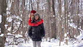 Человек нося его автожелезнодорожные перевозки женщины на зимний день видеоматериал