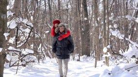 Человек нося его автожелезнодорожные перевозки женщины на зимний день акции видеоматериалы