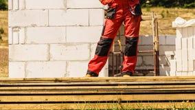Человек нося красные брюки работника стоковое фото rf
