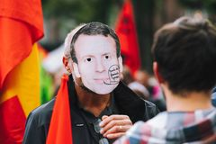 Человек нося маску macron Emmanuel на протесте Стоковые Изображения