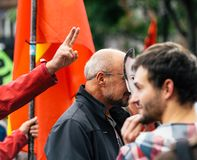 Человек нося маску macron Emmanuel на протесте Стоковая Фотография