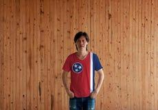Человек нося рубашку цвета флага Теннесси государство США и стоя с 2 руками в карманах тяжелого дыхания стоковые изображения rf