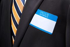 Человек нося черные деловой костюм и галстук Стоковое Фото