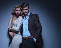 Человек обнимая его женщину Стоковое фото RF
