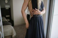 Человек обнимая женщину в конце-вверх платья стоковое изображение