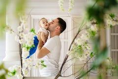Человек обнимая и целуя его сына Влюбленность ` s отца стоковое изображение rf