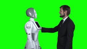 Человек обнимая робот зеленый экран сток-видео
