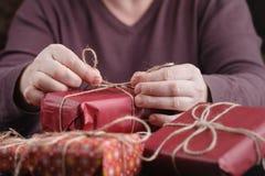 Человек оборачивает подарки стоковое изображение rf