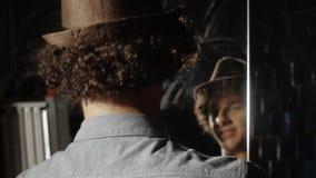 Человек обтирает зеркало сток-видео
