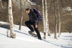 человек обувает снежок Стоковые Изображения RF