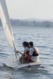человек озера шлюпки плавая вертикальная женщина Стоковые Фотографии RF
