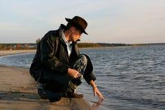 человек около воды Стоковые Изображения RF