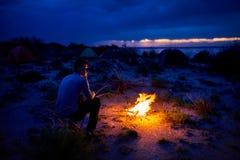 Человек около лагерного костера Стоковое Изображение RF