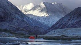 Человек около шатра на предпосылке ландшафта горы 4K сток-видео