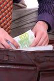 Человек оплачивает с кредитками евро Стоковая Фотография RF