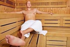 Человек ослабляя в sauna пара Стоковое Изображение RF