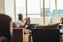 Человек ослабляя дома слушать к музыке Стоковая Фотография