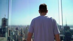 Человек оставаясь на верхней части крыши на Манхэттене в Нью-Йорке акции видеоматериалы